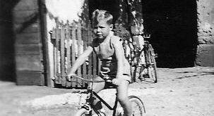 foto di altri tempi con bambino in bicicletta